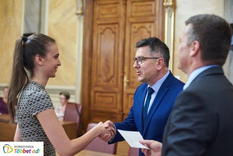 Tehetséges nyíregyházi tanulókat támogat az önkormányzat - Pénzbeli juttatást kaptak