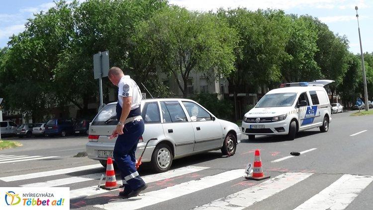 Gyalogost sodort el egy autó a Szegfű utcán a kijelölt gyalogos-átkelőhelyen