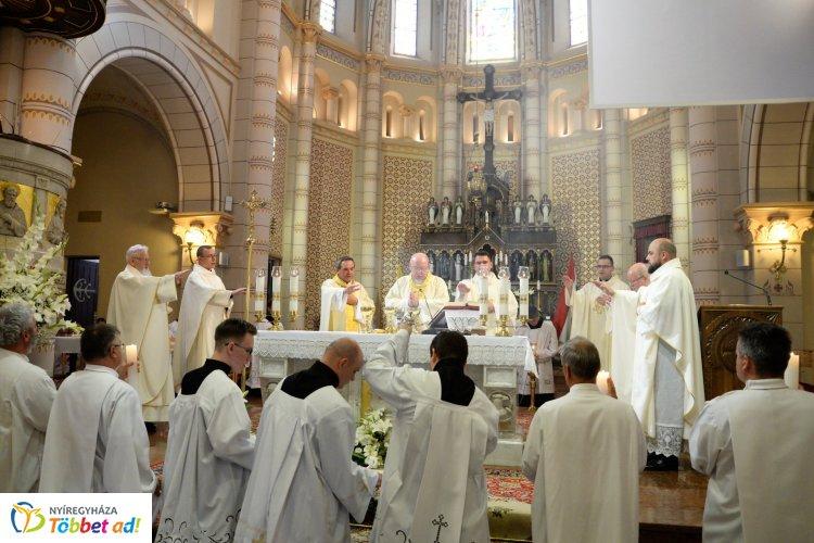 Úrnapi püspöki ezüstmisét tartottak a társszékesegyházban