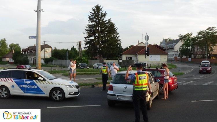 Forgalmas kereszteződésben történt baleset – A piros jelzés ellenére hajtott be az okozó