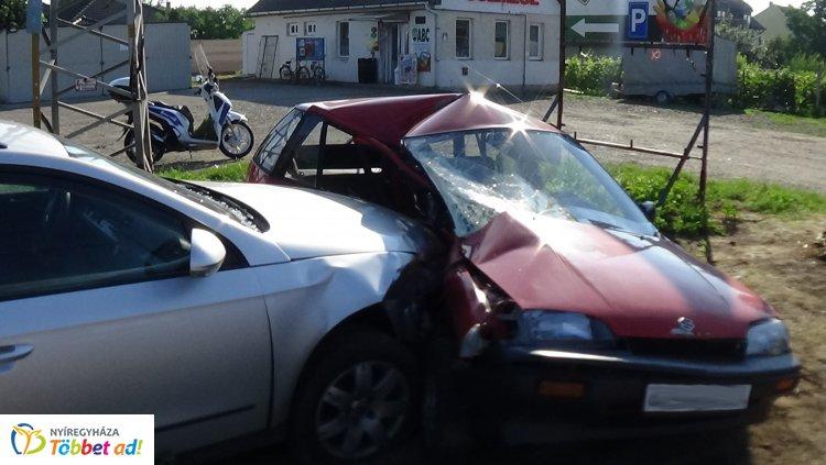 Megrázó helyszíni fotók! Két személyt szállítottak kórházba a súlyos nyírtelki balesetből