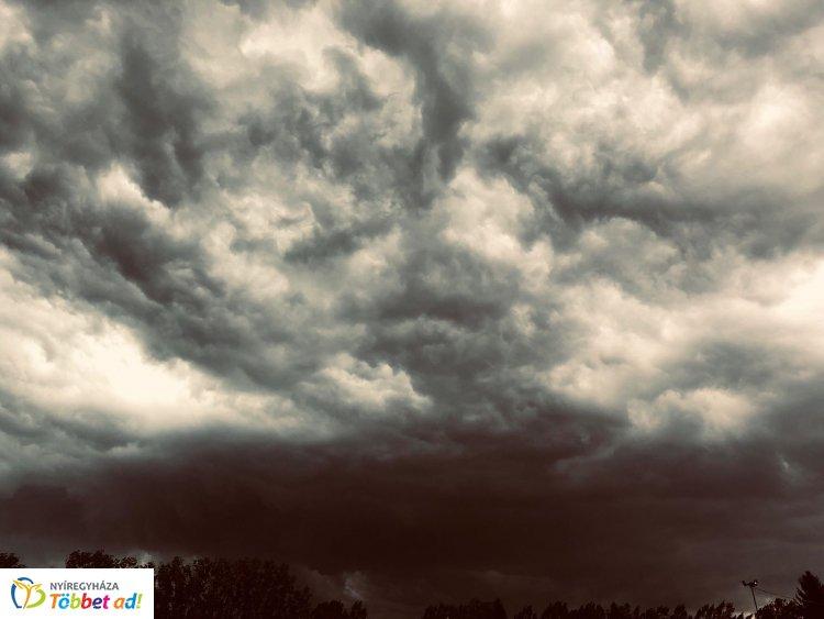 Olvasói fotó – Nyíregyházán is készülődik a vihar, országszerte riasztás van érvényben