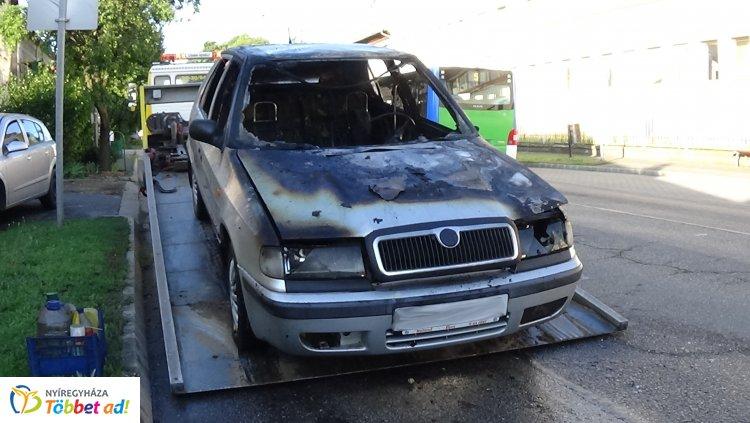 Teljesen kiégett! Menet közben gyulladt ki egy személygépkocsi a Nagyvárad utcán