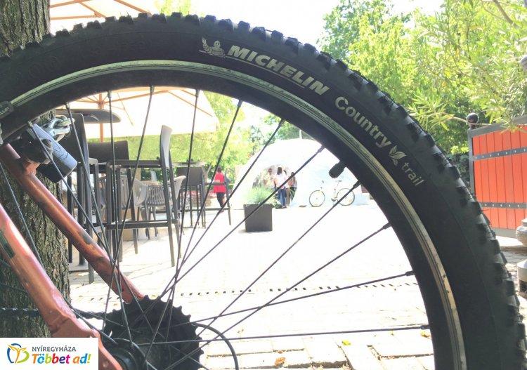Itt a nyár: kiújult a kerékpárosok és a gyalogosok vitája. Mi lehet a megoldás?