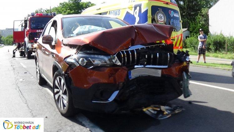 Öten megsérültek! Frontálisan ütközött két jármű a Kosbor utcán – Megrázó fotók