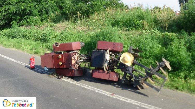 Összeroncsolódott járműve alól szabadították ki a Salamonbokornál karambolozó traktorost