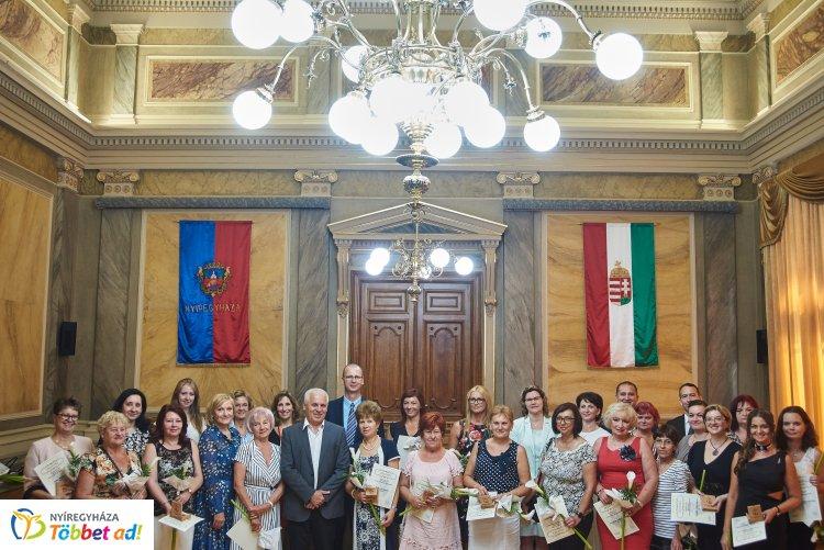 Semmelweis Nap Nyíregyházán – 30 egészségügyi munkatárs kapott emlékplakettet a Városházán