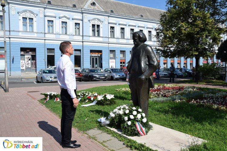 Móricz Zsigmond születésének 140. évfordulója alkalmából koszorúztak Nyíregyházán