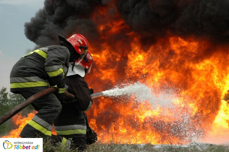 Több mint 50 tűzoltót riasztottak Mátészalkára – 3000 négyzetméteres csarnok égett
