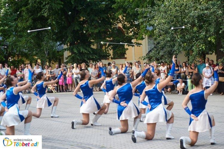 Latin est - majorette parádé várja az érdeklődőket Sóstón, az 5. fúvós feszten