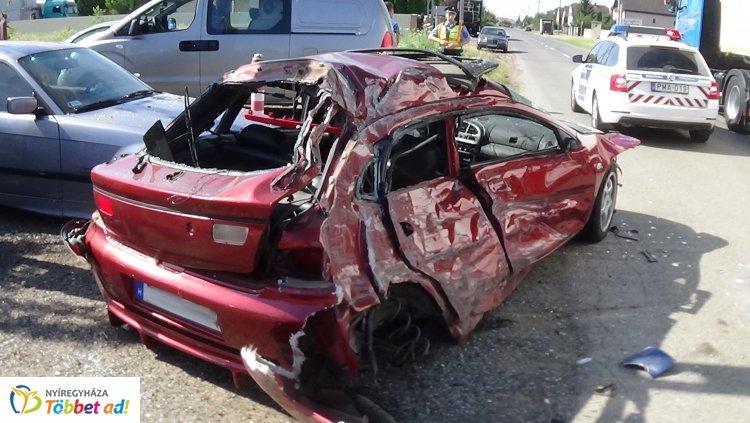 Megrázó fotók! Totálkárosra tört egy kamionnak ütköző jármű, a sofőr megsérült