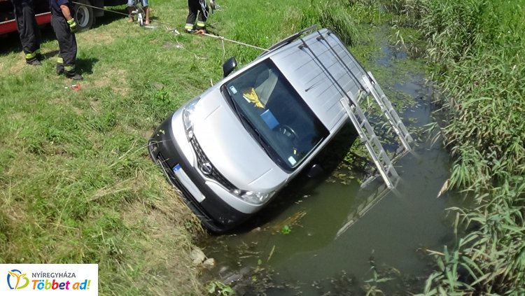 Az út melletti csatornába csúszott egy autó Ilona-tanyánál – Órákig tartott a kiemelés