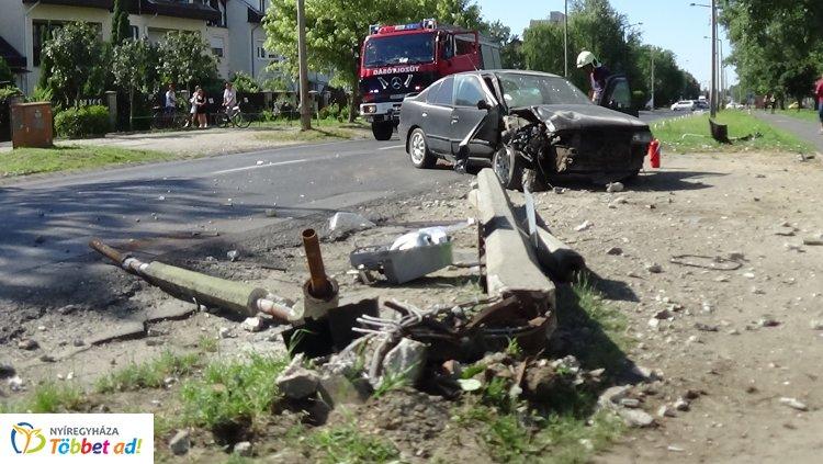Súlyos baleset a Korányin – Kerékpárost gázolt, majd villanyoszlopnak ütközött egy jármű