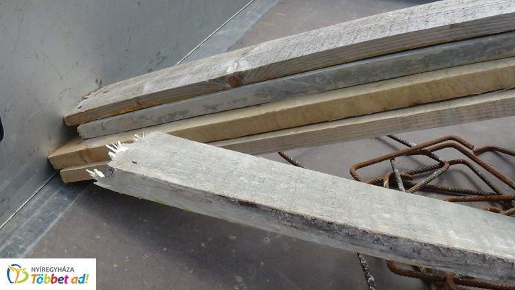 Rosszul rögzített fenyődeszkák okoztak kárt - Egy másik autóra estek