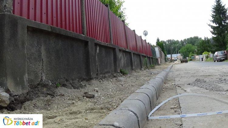 Járdafelújítási munkálatokat végeznek a Simonyi Óbester utcán
