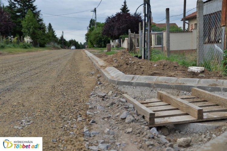 Egyre több földút lesz aszfaltos! Az Aranykalász sor végén is zajlanak munkálatok