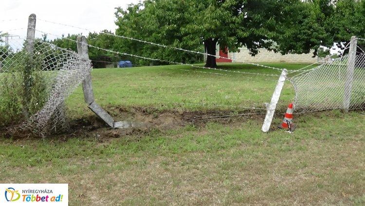 Egy motoros kerítésnek csapódott Rozsrétszőlő belterületén