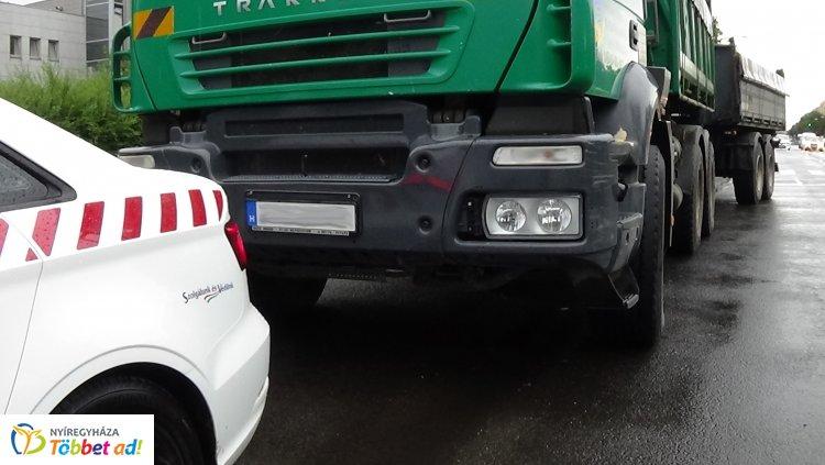 Pótkocsis teherautó hajtott neki az előtte közlekedőnek az Állomás téren