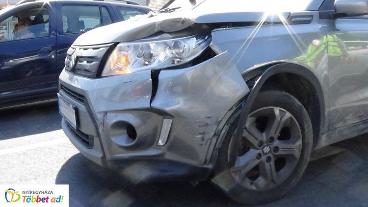 Baleset a Debreceni úton – Jelzőlámpánál ütközött két személygépkocsi pénteken