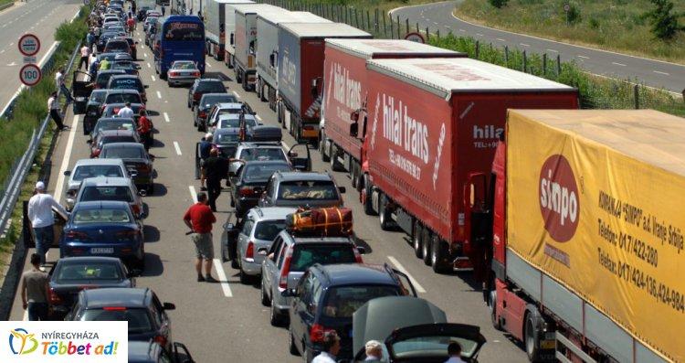 Beindult a nyári csúcsforgalom az európai utakon – Torlódásokra kell számítani!