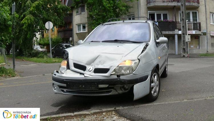 Jelentős anyagi kárral járó baleset a Kiss Ernő és a Deák Ferenc utcai csomópontban