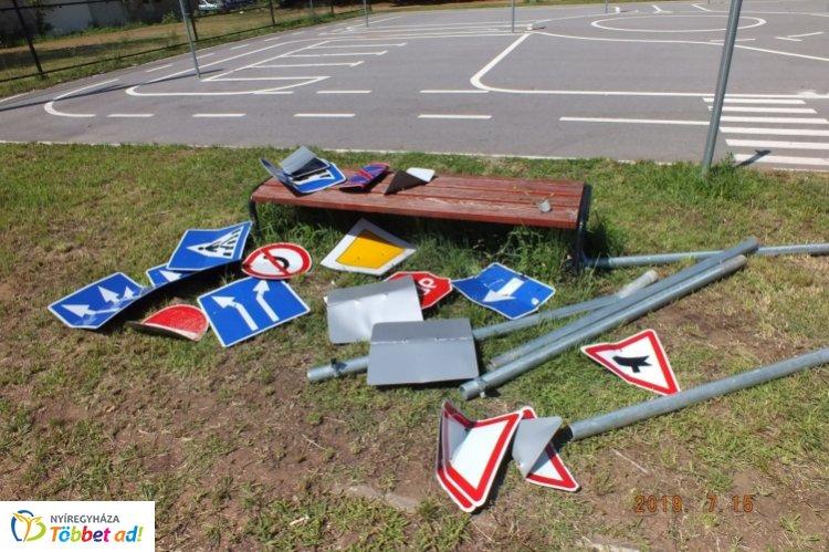 Tanpályán lévő közúti jelzőtáblákat rongáltak meg – 10 éves fiúk voltak az elkövetők