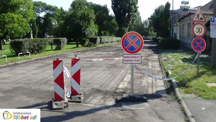 Figyelem! – Útlezárás mellett megkezdődött a Pazonyi tér útburkolatának felújítása