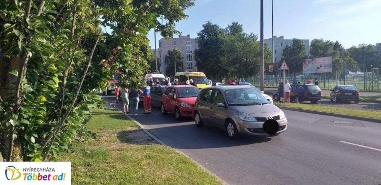 Friss! Öt személygépkocsi és egy kisteherautó ütközött Nyíregyházán, a Sóstói úton