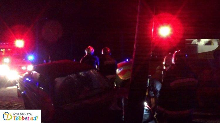 Éjjeli baleset – A sofőr nem tudta követni a körforgalom ívét, kisodródott