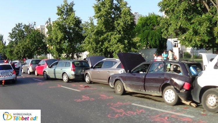Újabb helyszíni fotók a Sóstói úton történt tömeges karambolról – Egy személy kórházban