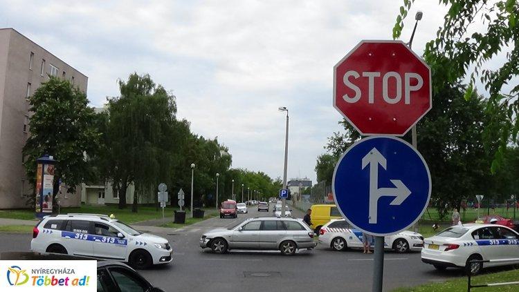 Újabb baleset a Sóstói út és a Stadion utca kereszteződésénél – Megpördült az okozó jármű