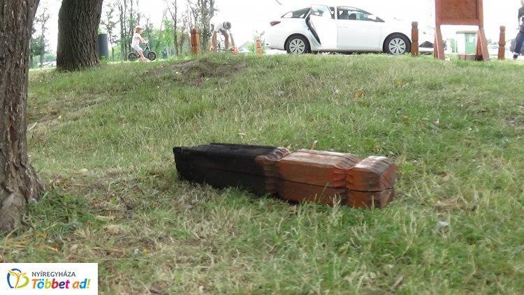Szalonnasütőt rongáltak ismeretlen tettesek a Bujtosi Városligetben