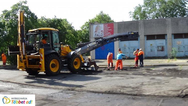 Új aszfaltburkolatot kapnak az Ungvár sétány parkolói – Zajlanak a munkálatok