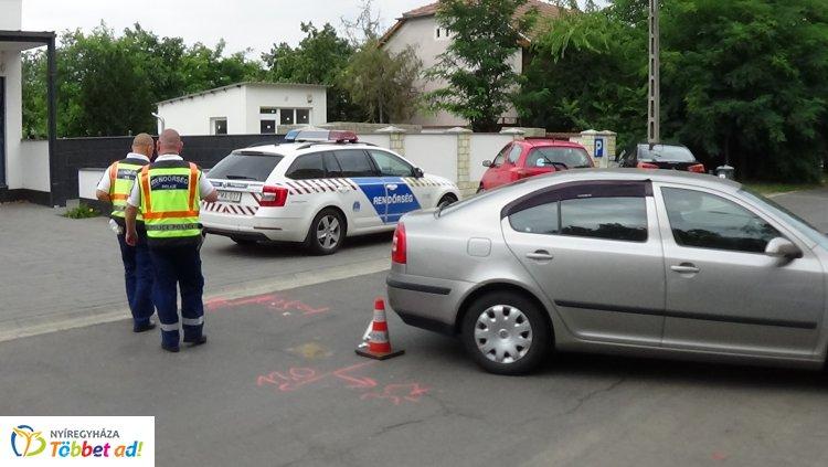 Parkolóhelyről tolató autók ütköztek az Őz utcán, rendőri intézkedés követte a balesetet
