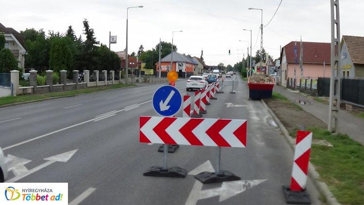 Közlekedők figyelem! Lezárták a külső sáv egy részét a Pazonyi út bevezető szakaszán