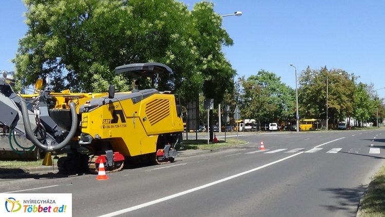 Friss fotók a Korányi Frigyes utcai útfelújítási munkálatokról – Itt tartanak most!