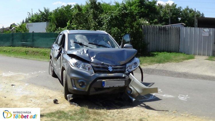 Sódercsomónak ütközött, villanyoszlopnak csapódott, majd az oldalára borult egy jármű