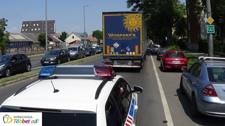 Kamion és személygépkocsi ütközött Nyíregyháza forgalmas útszakaszán, az Inczédy soron