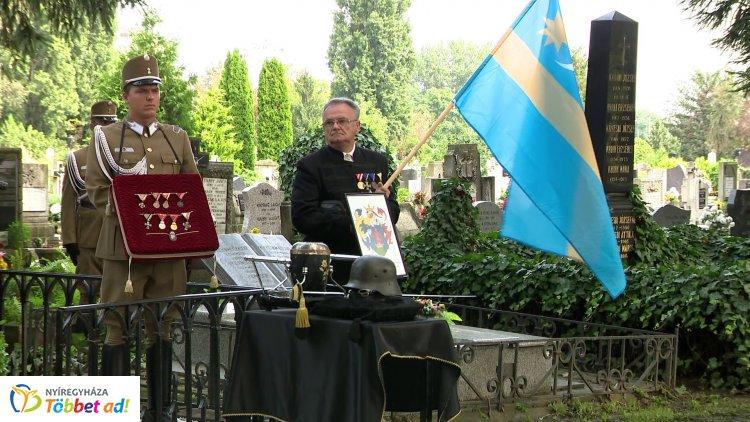Katonai tiszteletadással temették újra vitéz Elekes Gábor huszárezredes hamvait