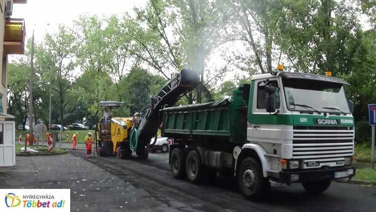 Forgalomkorlátozás mellett útfelmarási munkálatok zajlanak az Árpád utcán