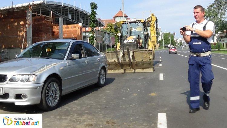 Kanyaradó munkagép rohant szabályosan közlekedő személygépkocsiba a Szegfű utcán