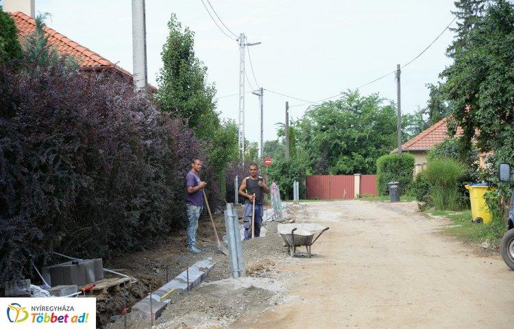 Újabb földutak kapnak aszfaltot – Zajlik a Napsugár és Borostyán utca aszfaltozása