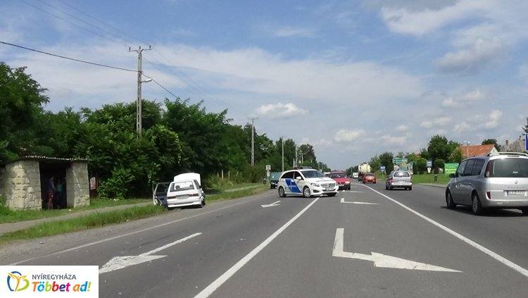 Baleset Nyírpazonynál - Egy haszonjármű figyelmetlenül kanyarodott rá a fűútra