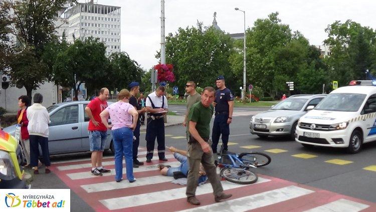Zebrán gázoltak el újra kerékpárost - A sérült férfit a mentők kórházba vitték