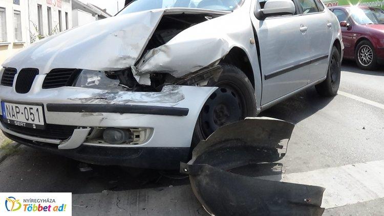 Egy autós megállt a pirosra váltó lámpánál, a mögötte érkező pedig belerohant
