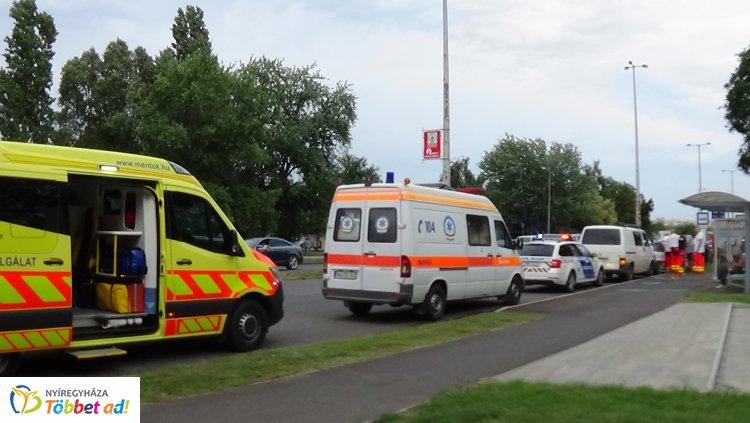Négyes karambol volt a Pazonyi téren - Az egyik autó utasát szállították kórházba