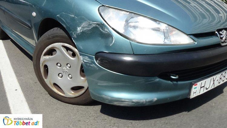 Az Országzászló téren szabálytalan sávváltás miatt ütközött két személygépkocsi