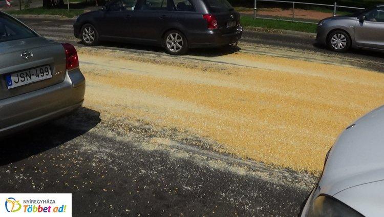 Az Erdősoron nagy mennyiségű szemes kukoricát hagyott el egy teherautó