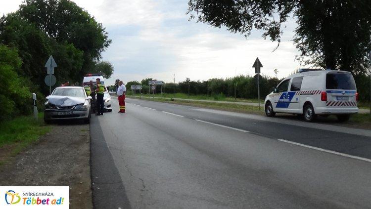 Napkor külterületén egy álló haszonjárműbe belerohant a mögötte érkező autó