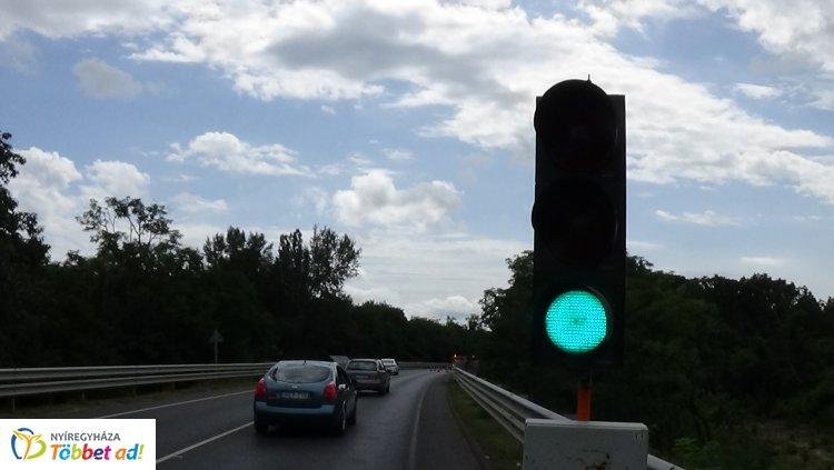 A Sóstói úti felüljáró korlátját javítják - Egy korábbi balesetben sérült meg